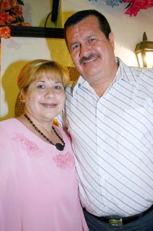 Rubén Guzmán Torres festejó su cumpleaños, con un ameno convivio que le ofrecio su esposa, Sandra Montelongo de Guzmán.