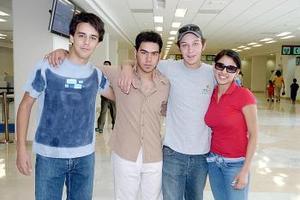 Antonio Auais viajó a Mérida y lo despidieron Ernesto, Daniel  y Nena.
