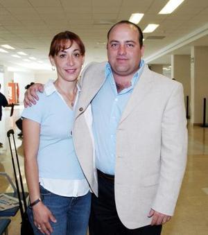 Ernesto Tatay y Elsa Tatay, viajaron con destino a Manzanillo.