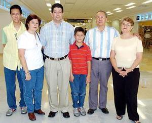 Horacio y Fernando de al Rosa y Josefina Portillo, viajaron a México, DF., y los despidió la familia Portillo.