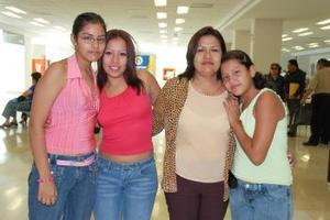 Ana Karen, Francia, Paola y Mayela viajaron al parque de diversiones Disneylandia.