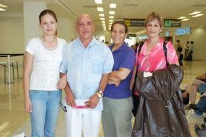 <b>06 de julio 2005</b><p>  Tomás Orona viajó a los Ángeles y fue despedido por Guillermina, Liliana y Cecilia Orona.