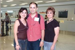 <b>07 de julio 2005</b><p> Víctor y Mónica Gallegos viajaron a San Diego, California y los despidió Isabel Mijares.