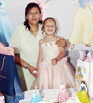 Katia Elizabeth Treviño junto a su mamá Catalina Treviño, en el convivio que le preparó con motivo de sus tres años de vida.