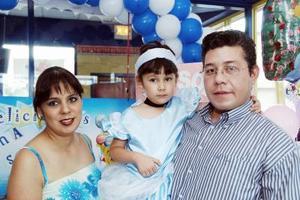 Ana Sofía López Mendoza cumplió cuatro años de vida y sus papás Rosaura Mendoza de López y José Ricardo López Adame la festejaron, con un convivio.