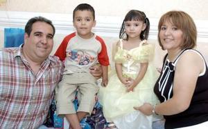 Karim Alejandro y Valeria Isabel Massú Tamez disfrutaron de una divertida piñata por sus respectivos cumpleaños que les organizaron sus papás, Karim Alejandro Massú González y María Isabel Tamez de Massú.