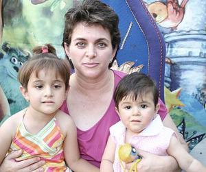 Mariel Fernández con Bárbara y Mariela Orrín, captadas recientemente.