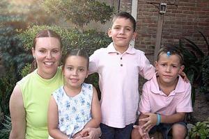 <b>07 de julio 2005</b><p> Sofía de Guerrero con Mario Alberto, Leonardo y Mariana Guerrero, en agradable convivio.
