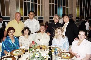 <b>04 de julio 2005</b><p> Don José Guadalupe Galván Galindo en compañía de algunos amigos y familiartes el la fiesta por su aniversasri sacerdotal.
