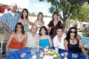 Nacho López Portillo Murra acompañado de su esposa Deborah Salmón y amigos.