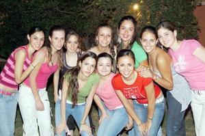 Carmen Guerrero Sotelo acompañada por un grupo de amigas, en su fiesta de cumpleaños.