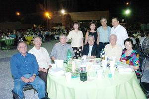 <b>06 de julio 2005</b><p>  Monseñor Francisco Castillo con un grupo de amigos y compañeros.