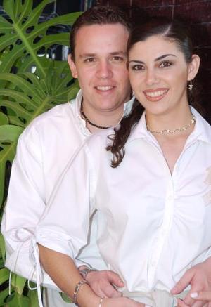 María Elena Villalobos Sosa y Jorge Castañeda Agüero disfrutaron de una despedida de solteros, que les organizaron sus familiares hace unos días.