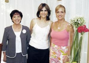 Bety con las organizadoras del convivio, Lucy Nieto y Nadia de Giacomán.