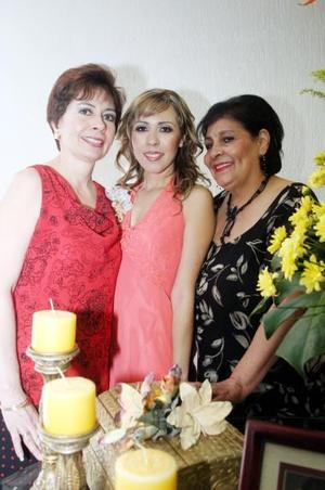 La festejada acompañada por su mamá, Ana María Samperio de Chávez y su suegra, Lydia Hidalgo de Murillo.
