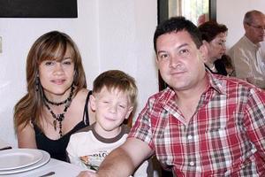 <b>04 de julio 2005</b><p> Mary Domínguez de Zarzoza, Ciro Zarzoza Domínguez y Ciro Zarzoza, en plena convivencia familiar.