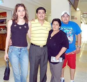 Mauricio Medrano Viajó a Tijuana y fue despedido por Lupe de García, César y Ana Herrera.