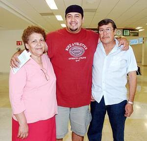 <b>08 de julio 2005</b><p>  Sergio Martínez viajó a los Ángeles y fue despedido por Maclovia Cuéllar y Alfredo Martínez.