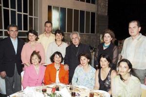El Sr. obispo, don José Guadalupe Galván Galindo, acompañado de Rocío y Francisco Rebollo, Vivi de Garza, Claudia de Rebollo, Lolo de Cepeda, Marcela de Amarante y otros acompañntes.