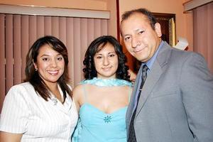 <b>08 de julio 2005</b><p>  Gabriela González López acompañada por sus papás, María de los Ángeles de González y Jesús González  Cervantes, quienes la felicitaronel día de su fiesta de graduación.