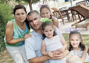 <I>Felicidades...cumplen 7 y 4 años!<I><P> Las festejadas acompañadas de sus padres Federico y Gaby Giner, así como de su hermanita.