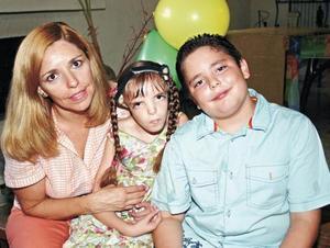<I>Feliz Cumpleaños José Jaime<I><P> Erika Botello de González con sus hijos Erika y José Jaime González Botello