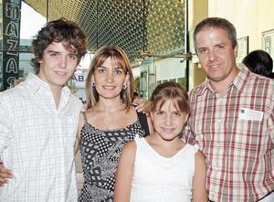 Roberto González Lobo acompañado de su esposa e hijos
