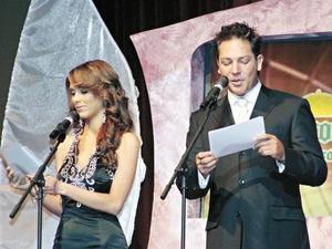 Los conductores del evento Jaqueline Bracamontes, junto al cantante y actor Jan.