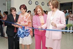 Deanna Kathleen Kelley, Maty García Valdés, Brenda Moreno Sarmiento y Paty Sánchez Rodríguez en el corte del listón