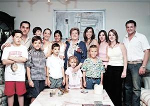 Angelina Martínez de Garza con sus nietos y bisnietos