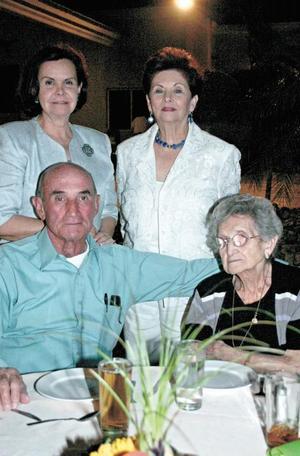 María Teresa Islas, Delia Islas de Gurza, Gregorio Fernández y María Antonieta Torres de Fernández