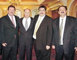 <I>Solemne y elegante reunión<I><P> Nicolás Papadópulos, Alex Stadlin, Aris y MIguel Papadópulos.