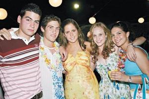 <I>XV años estilo Hawaii<I><P>  Eddy, Ji, Ana Mary, Margarita y Laila