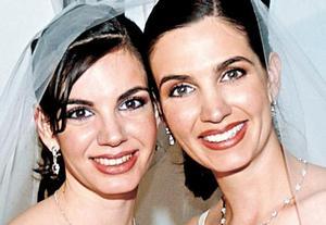 La novia acompañada de su hermana Susana Estrada Murra