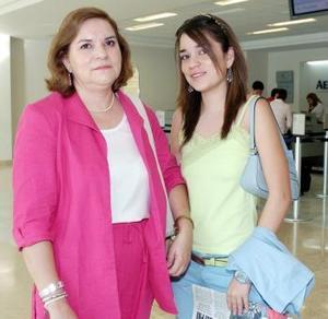 Laura Saucedo y Yolanda de Saucedo viajaron a Acapulco.