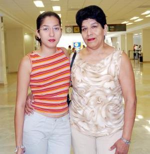 <b>09 de julio 2005</b><p> Aracelia Alba viajó a París y fue  despedida por Guillermina Gómez