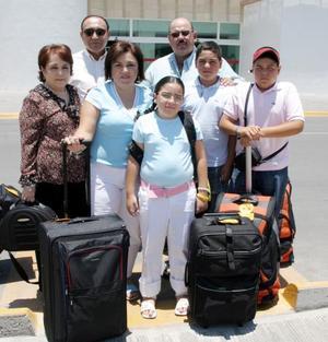 Lupita y Modesto Villarreal con sus hijos, Pablo, Regina y Modesto Villarreal se tomarás una vacaciones y fueron despedidos por los señores Gilberto y María Eugenia Villarreal.