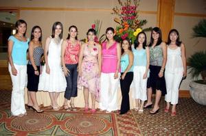 Alejandra Moreno Delgado, acompañada de amistades el día de su fiesta de despedida.