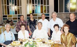 <b>09 de julio 2005</b><p> Ramón Sevilla, Amparo Cavazos, José Antonio y Leonor Robles, sacerdotes Rodolfo Reza y Francisco Castillo, Félix y Cony López, Amor, Óscar y Eloísa Artigas.