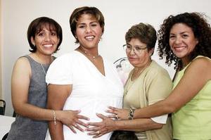 <b>09 de julio 2005</b><p> María Teresa Gutiérrez de Ramos disfrutó de una fiesta de canastilla en compañía de amigas y familiares.