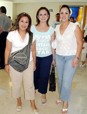 Laura Vázquez, Marina Salinas y Alejandra González, emocionadas antes de su viaje.