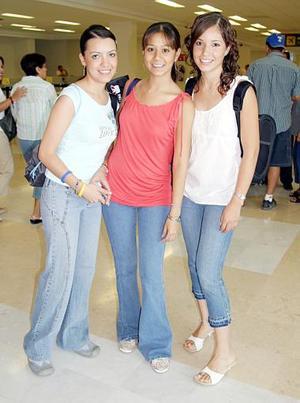 Las tan esperadas vacaciones llegaron para Luz Elena Navarro, Patricia Téllez y Maribel Triana, grandes amigas del colegio.