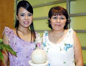 Adriana Bernal González junto a su mamá Araceli González de  Bernal, quien le ofreció una fiesta de despedida de soltera.