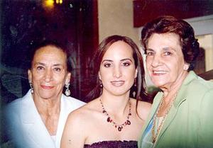 Angélica Ortiz con  sus abuelitas  Enedina Méndez de Cano y Josefina Núñez.