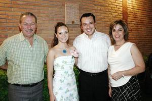 Ivette Castillo y Abraham Sierra fueron despedidos de su soltería, aquí acompañados por Carlos Hernández y Norma Vela de Hernández.