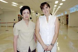 Carmen Ortega viajó a San Diego y la despidió Ileana de Soto.
