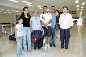 <b>11 de julio 2005</b><p> Pliar Esquivel y NOrma Cerda viajaron a California y fueron despedidas por la familia Cerda García.
