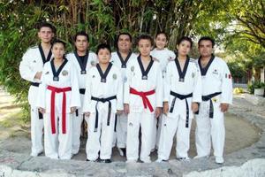 Alumnos de la Escuela Cheng Woo Hoi de Gómez Palacio, Dgo., quienes participarán el campamento internacional de Tae Kwon Do.
