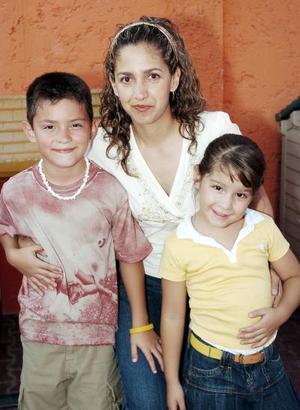Brenda López de Reyes, en compañía de sus hijos Andrés y Bárbara Reyes López, en reciente festejo infantil.