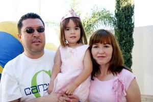 La pequeña Antonella Haro del Río con sus papás, Jesús Gerardo Haro Valle y Jacqueline del Río de Haro, el día de su piñata.